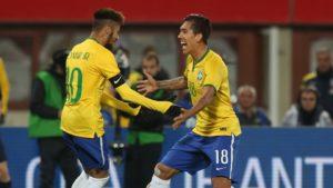 """Liverpool punya """"Neymar"""" sendiri, Roberto Firmino Keterangan : Firmino dan Neymar merupakan rekan satu tim nasional di Brasil. Liverpool yang pada pekan ke – 5 Liga Inggris musim ini berhasil mengalahkan Chelsea di stadium Stamford Bridge ternyata menyimpan sebuah cerita. Ini terkait dengan salah satu pemainnya yang bergabung sejak tahun 2015 lalu. Adalah Roberto Firmino yang berasal dari Brasil. Pemain yang dibeli Liverpool dengan nilai transfer 29 juta pounds dari klub Hoffenheim ini dianggap sebagai """" Neymar """" nya Liverpool. Seperti yang kita tahu bahwa Neymar asli sendiri adalah salah satu pemain yang merumput di klub Barcelona yang juga berasal dari Brasil. Neymar sendiri merupakan pemain andalan dari Barcelona dimana performa dari Neymar sangat mumpuni untuk seorang pemain bintang. Firmino sendiri memang sangat berharap akan bisa disebut Neymar nya Liverpool tapi dengan bantuan dari sang pelatihnya, Jurgen Klopp. Kedatangan Firmino sejak 2015 lalu memang sudah bersinar terlebih sejak kedatangan Klopp ke markas Liverpool pada Oktober 2015 lalu. Firmino sejak musim lalu bisa memasukkan 11 gol untuk Liverpool dan untuk musim baru ini, pemain yang sudah berusia 24 tahun sudah melesakkan 3 gol dari 5 laganya bersama Liverpool di Liga Inggris musim ini. Keterangan : Firmino berharap Klopp bisa menjadikannya sebagai seorang Neymarnya Liverpool. Sang pemain ini memang mengaku kedekatannya dengan sang pelatih, Klopp. Firmino merasa Klopp sangat berarti buatnya karena sang pelatih ini sering sekali memberi banyak masukan yang positif untuk kemajuan dirinya. Firmino mengatakan bahwa dia pernah bermain melawan tim asuhan Klopp di Bundesliga selama 4,5 tahun dan Firmino tahu apa yang sangat diinginkan oleh Klopp dari setiap pemainnya. Firmino lebih lanjut mengatakan bahwa dia sangat gembira begitu mengetahui Klopp akan ditarik oleh manajemen Liverpool untuk bisa melatih para pemain setelah dipecatnya sang pelatih terdahulu, Brendan Rodgers yang dianggap sangat gagal untuk """