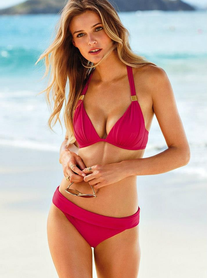 Karolina Model Rambut Pirang Sedang Berjemur di Pantai