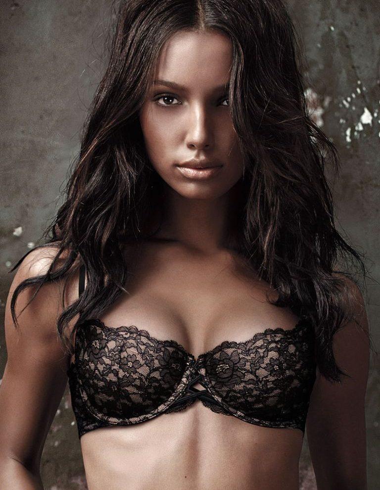 Keeksotisan Model Jasmine Tookes Berkulit Hitam