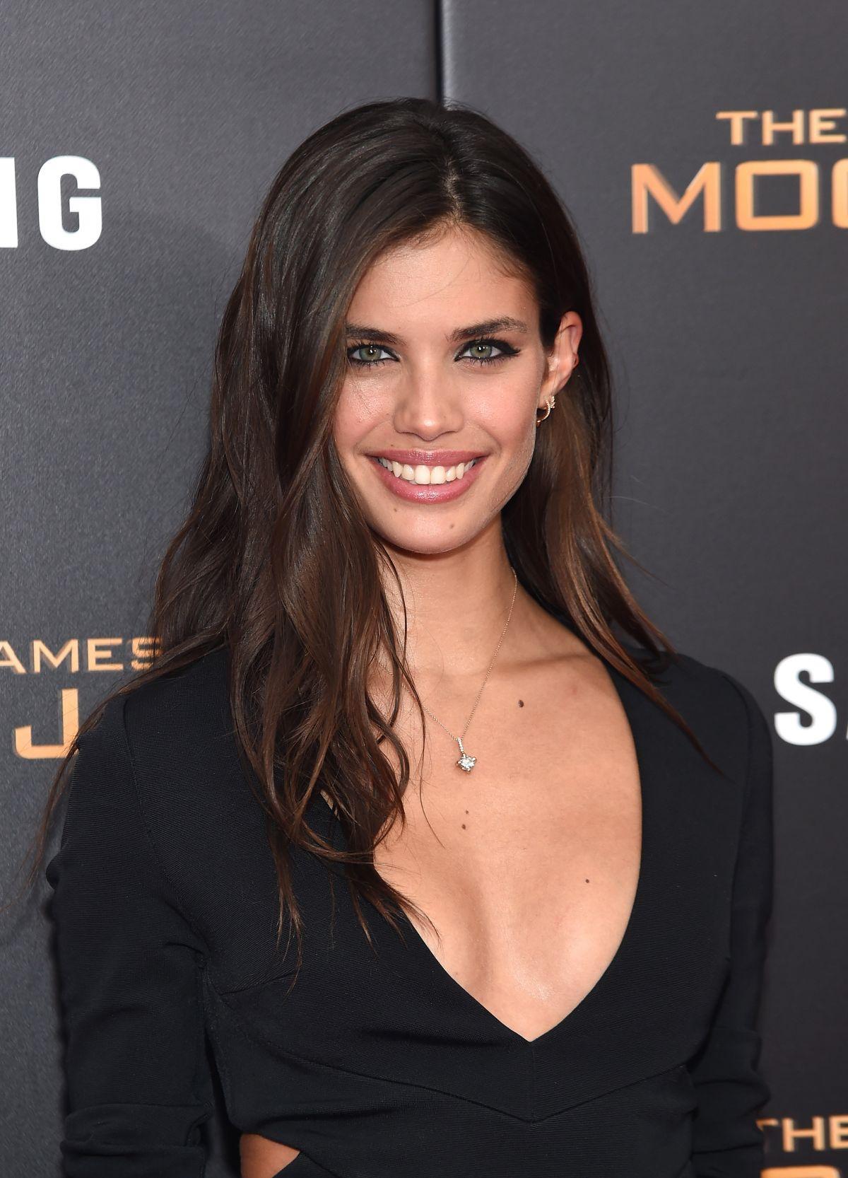 Sara Sampaio Mempesona Dengan Keseksian Bibir
