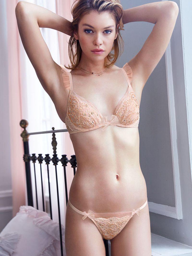 Stella Maxwell Blonde Model Pintar Dari New Zealand