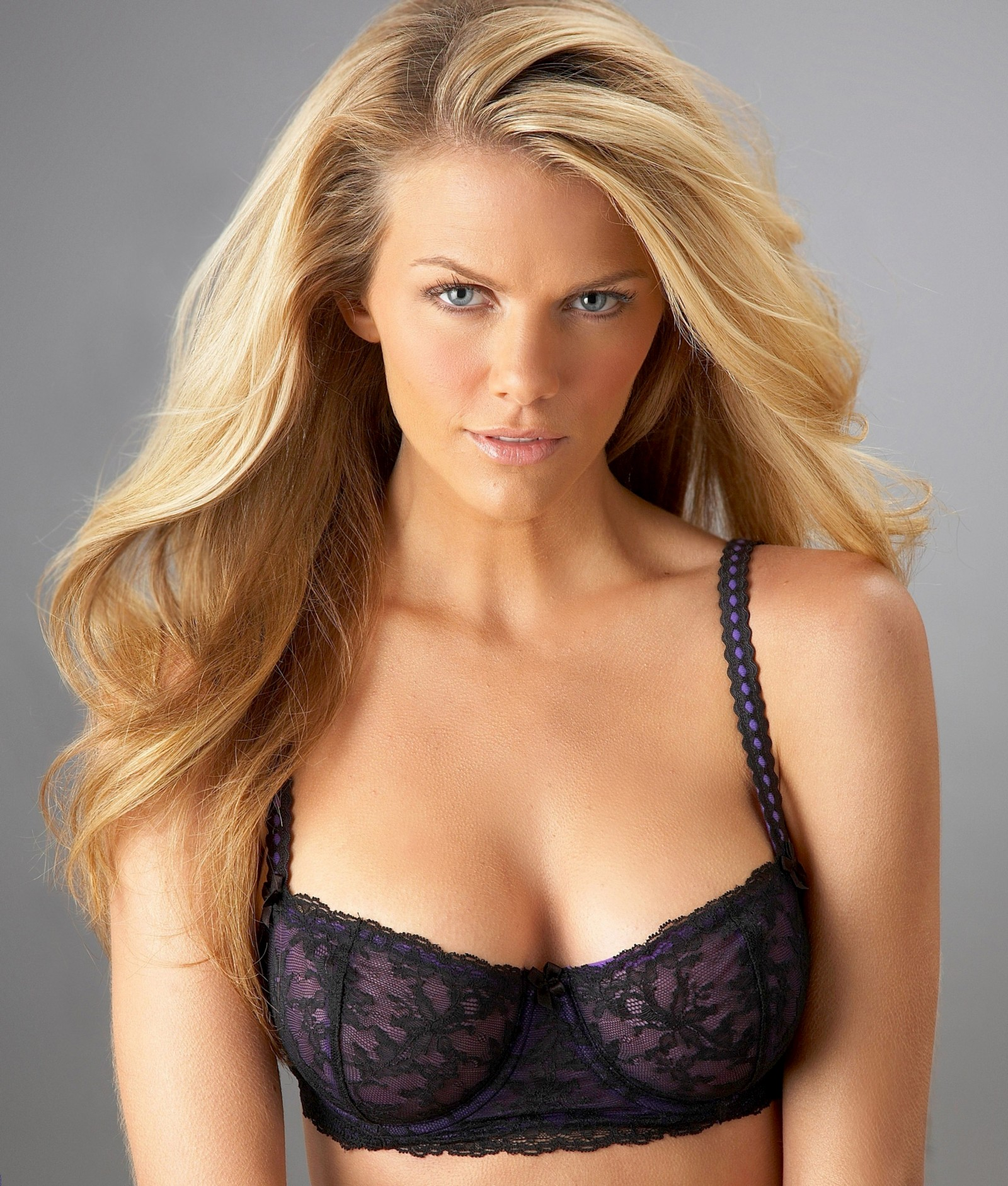 Brooklyn Decker, Model Pirang Blonde Yang Selalu Tampil Seksi