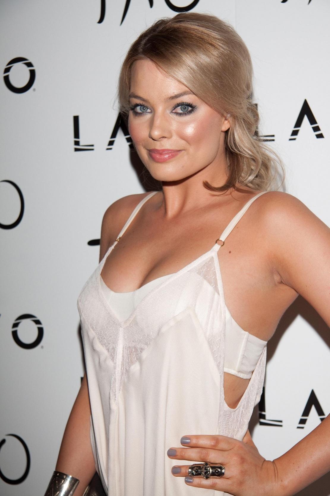 Margot Robbie, Aktris Seksi Berambut Pirang Penuh Karisma